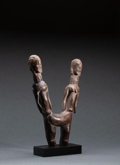 Rare statue Chamba  présentant des siamois,...