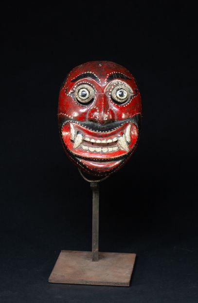 Masque de démon  avec dents de tigre et yeux...