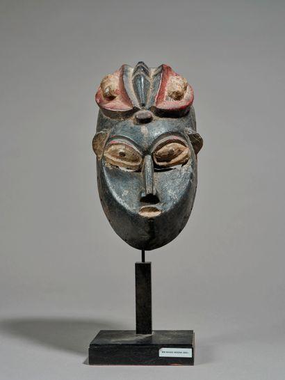 Masque de danse  présentant un visage aux...