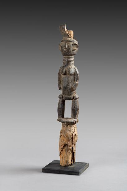 Poteau cultuel  sculpté sur la partie haute...