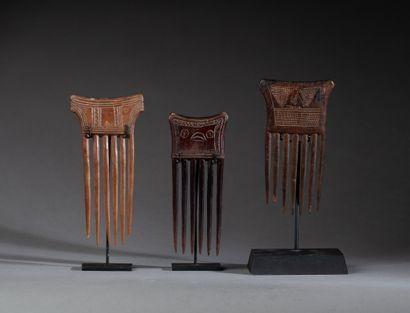 Trois peignes traditionnels  à décor de symboles...