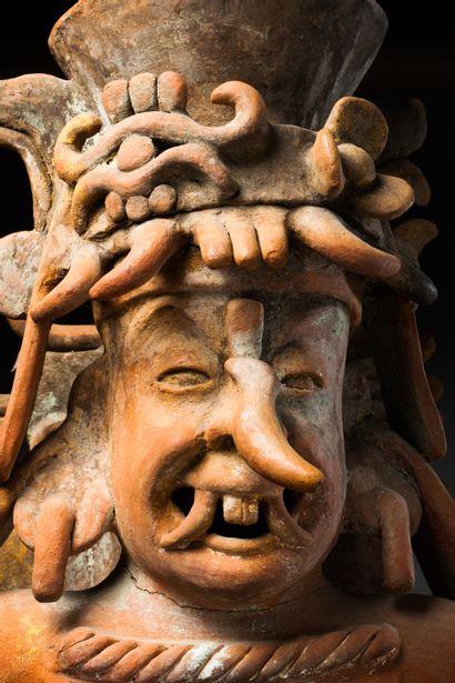Encensoir à l'effigie du dieu Chaac  présenté debout, le corps orné de riches vêtements...