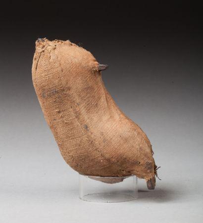 Ancienne poupée de fécondité  Fer forgé enveloppé dans du tissu et coton.  Kirdi,...