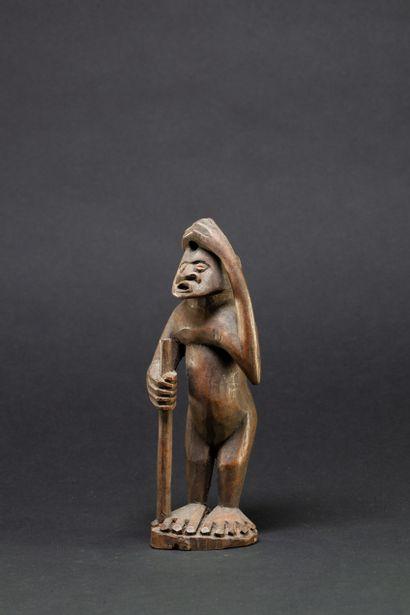 Statuette  présentant un personnage aux pieds...