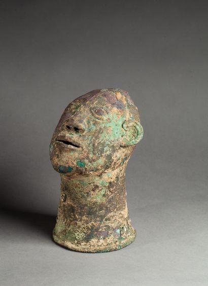 Ancienne tête cultuelle  présentant un visage...