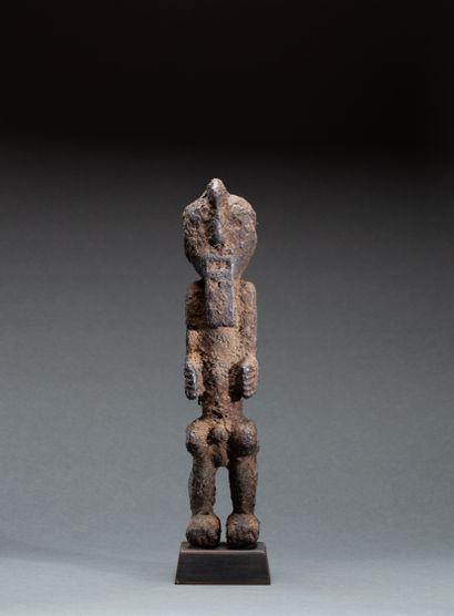Statuette  présentant un personnage les hanches...