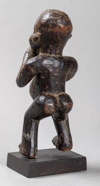 Statuette  présentant un personnage au ventre démesuré symboliquement, le sexe sculpté...
