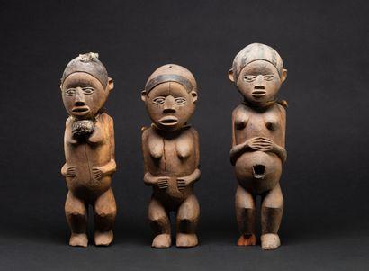 Trois statuettes   présentant des personnages...