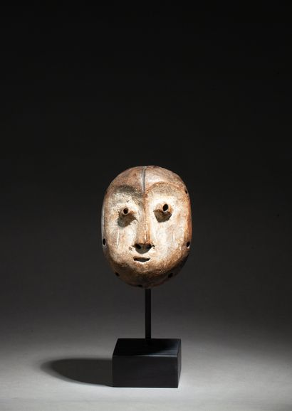 Masquette de grade de la société Bwami « lukwakongo »  présentant un visage à l'expression...
