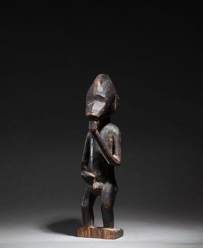 Statuette  personnage masculin debout, mains...