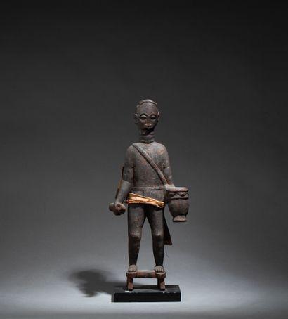 Statue  présentant un griot debout avec tamtam,...