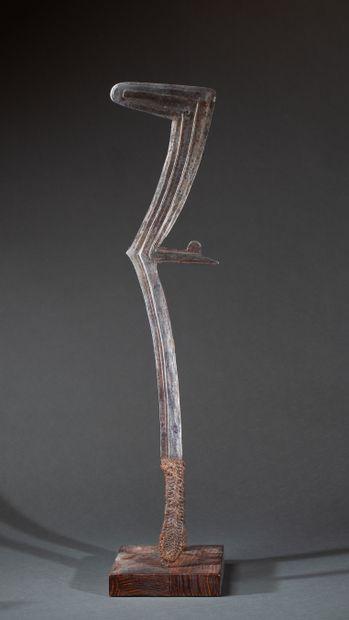 Épée  à lame structurée en cascade et excroissances...