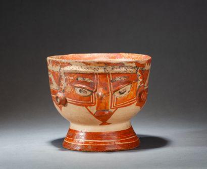 Vase  agrémenté d'une tête modelée en relief...