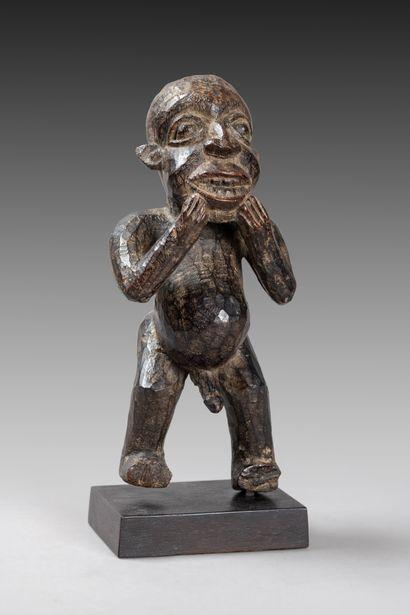 Statuette  présentant un personnage au ventre...