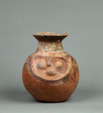 Vase  avec tête portrait modelée en relief...