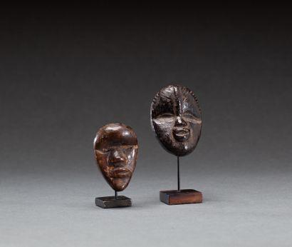 Deux masques passeport  L'un d'eux avec crête...