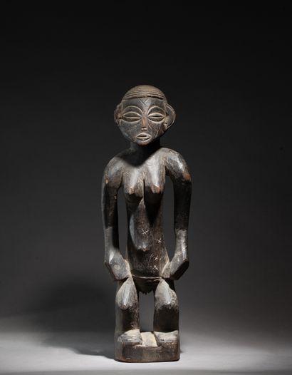 Statue féminine  aux mains puissantes posées...