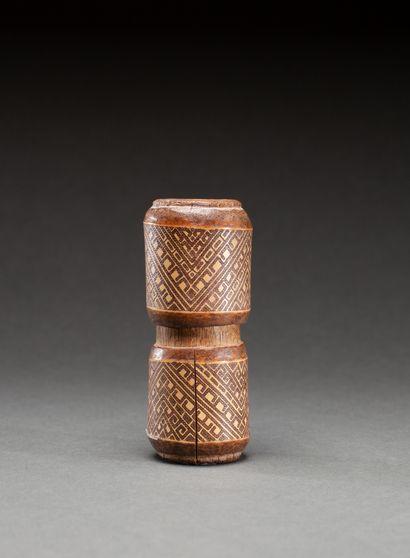 Boite à chaux  avec beau décor géométrique gravé  Bambou, ancienne patine et marques...