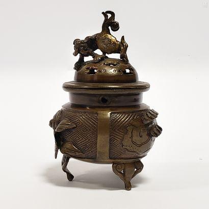 JAPON XIX ème  Petit brûle-parfum tripode...