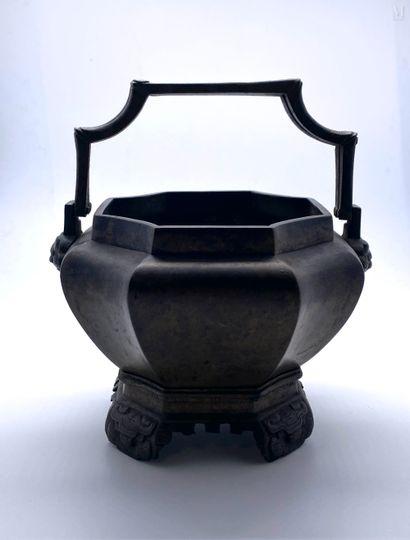 VIETNAM fin XIX ème  Vase à offrandes en...