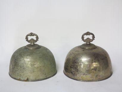 Lot de 2 cloches de plats en métal argenté, les poignées à acanthes, décor uni à...