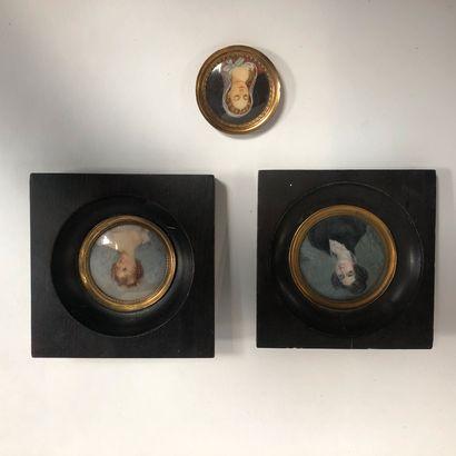 Lot de 3 miniatures  Portrait de femme  Le plus grand cadre: 13 x 13 cm.