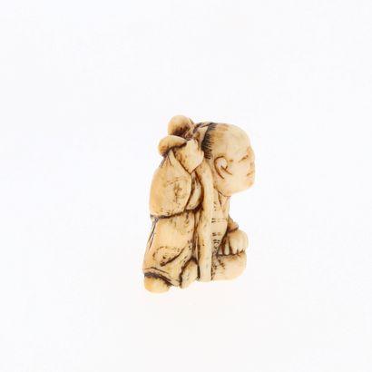 *JAPON, XVIIIe siècle Netsuke en ivoire* représentant sennin Chokaro assis. Non signé....