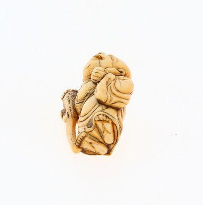 JAPON, époque EDO (1603 - 1868) Netsuke okimono en ivoire* représentant Hoteï debout....
