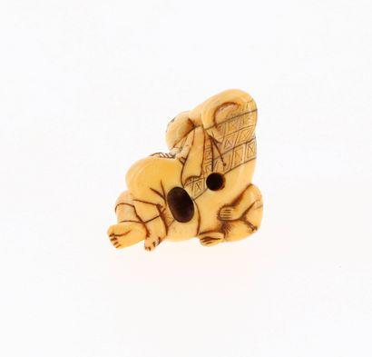 *JAPON, XVIIIe siècle Netsuke en ivoire* à patine jaune représentant Sarumawashi...
