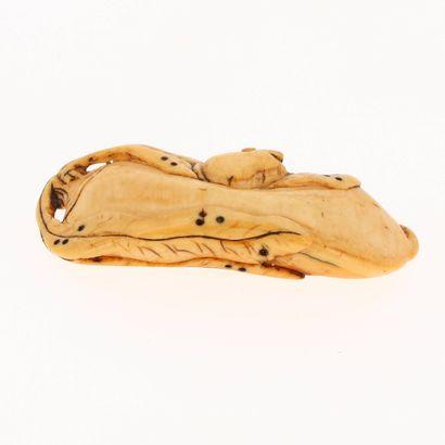 *JAPON, XVIIIe siècle Netsuke en ivoire* à patine jaune représentant une souris sur...