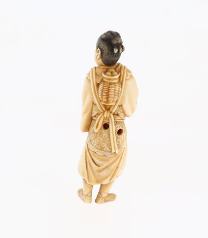 *JAPON, XVIIIe siècle Netsuke en ivoire* représentant le personnage Momotaro avec...