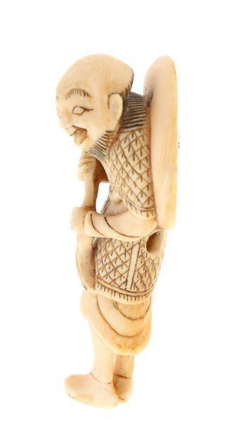 *JAPON, XVIIIe siècle Netsuke en ivoire* Sennin avec un chapeau.    Diamètre : 6,50...