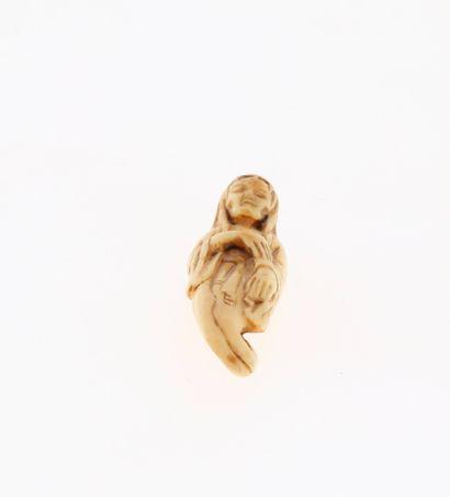 *JAPON, XVIIIe siècle Netsuke en ivoire* représentant un fantôme d'Okiku. Non signé....