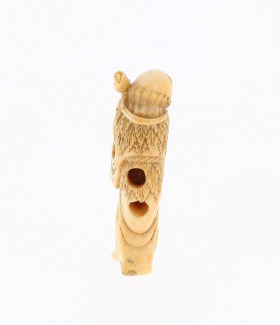 *JAPON, XVIIIe siècle Netsuke en ivoire* représentant un Gama Sennin avec sa canne...