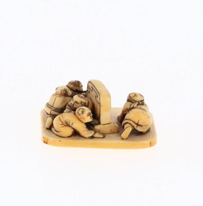 *JAPON, XVIIIe siècle Netsuke en ivoire* représentant un groupe de karakos jouant...