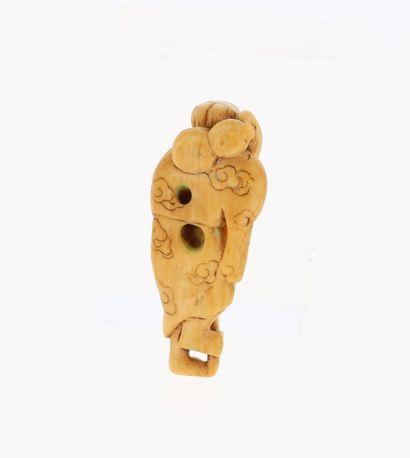 *JAPON, XVIIIe siècle Netsuke en ivoire* représentant un Sennin Chokaro avec une...