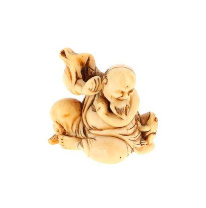 *JAPON, XVIIIe siècle Netsuke en ivoire* à patine jaune représentant un Gama Sennin...