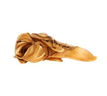 *JAPON, XVIIIe siècle Netsuke en ivoire* à patine jaune représentant une gousse de...
