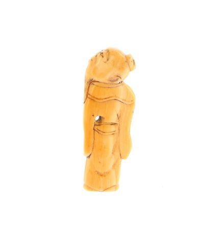 *JAPON, XVIIIe siècle Netsuke en ivoire* à patine jaune représentant un Sennin debout,...