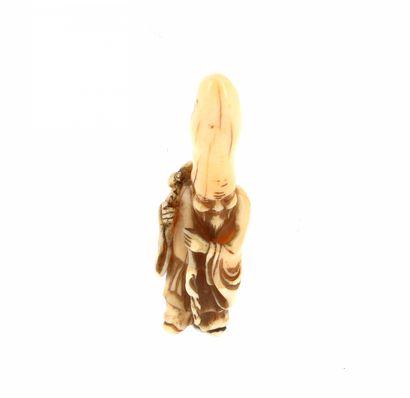 *JAPON, XVIIIe siècle Netsuke en ivoire* représentant l'une des sept divinités du...