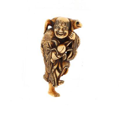 *JAPON, XVIIIe siècle Netsuke en ivoire* représentant un Gama Sennin debout sur un...