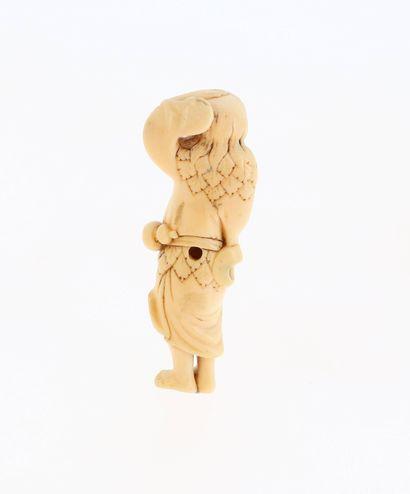 *JAPON, XVIIIe siècle Netsuke en ivoire* représentant un Sennin Chokaro marchant....