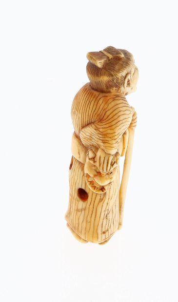 *JAPON, Époque Edo Netsuke en ivoire* à patine jaune Sennin avec un masque Hannya...