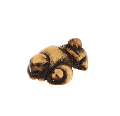 *JAPON, XVIIIe siècle Netsuke en os représentant trois singes couchés et jouant....