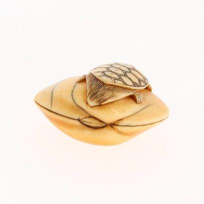 *JAPON, XVIIIe siècle Netsuke en ivoire* à patine jaune représentant une tortue 'Minogame'...