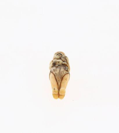 *JAPON, XVIIIe siècle Netsuke en ivoire de dent de cachalot* représentant un pêcheur....
