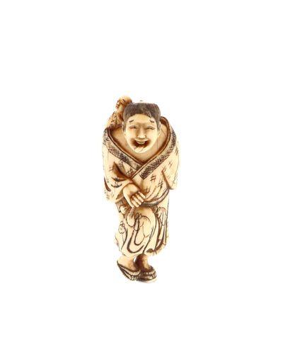 *JAPON, XVIIIe siècle Netsuke en ivoire* représentant un personnage tirant la langue,...