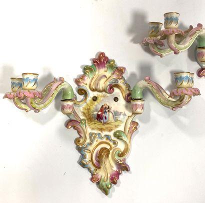 Allemagne ou Italie fin XIX ème  Paire d'appliques murales en porcelaine à quatre...