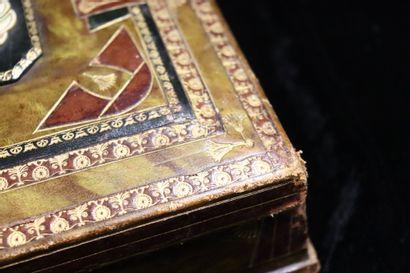 Egyptomania, début XX ème  Coffret à bijoux gainé de cuir et estampé, le couvercle...