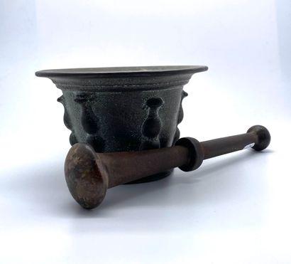Mortier et pilon en bronze patiné, le côté bordé de pastilles verticales, le bord...